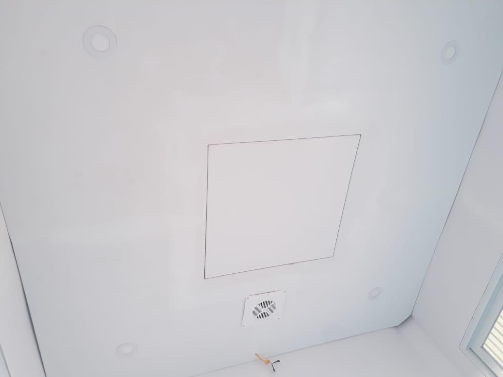 Trần composite, đèn dowlight, có quạt thông gió, điện đi âm tường.